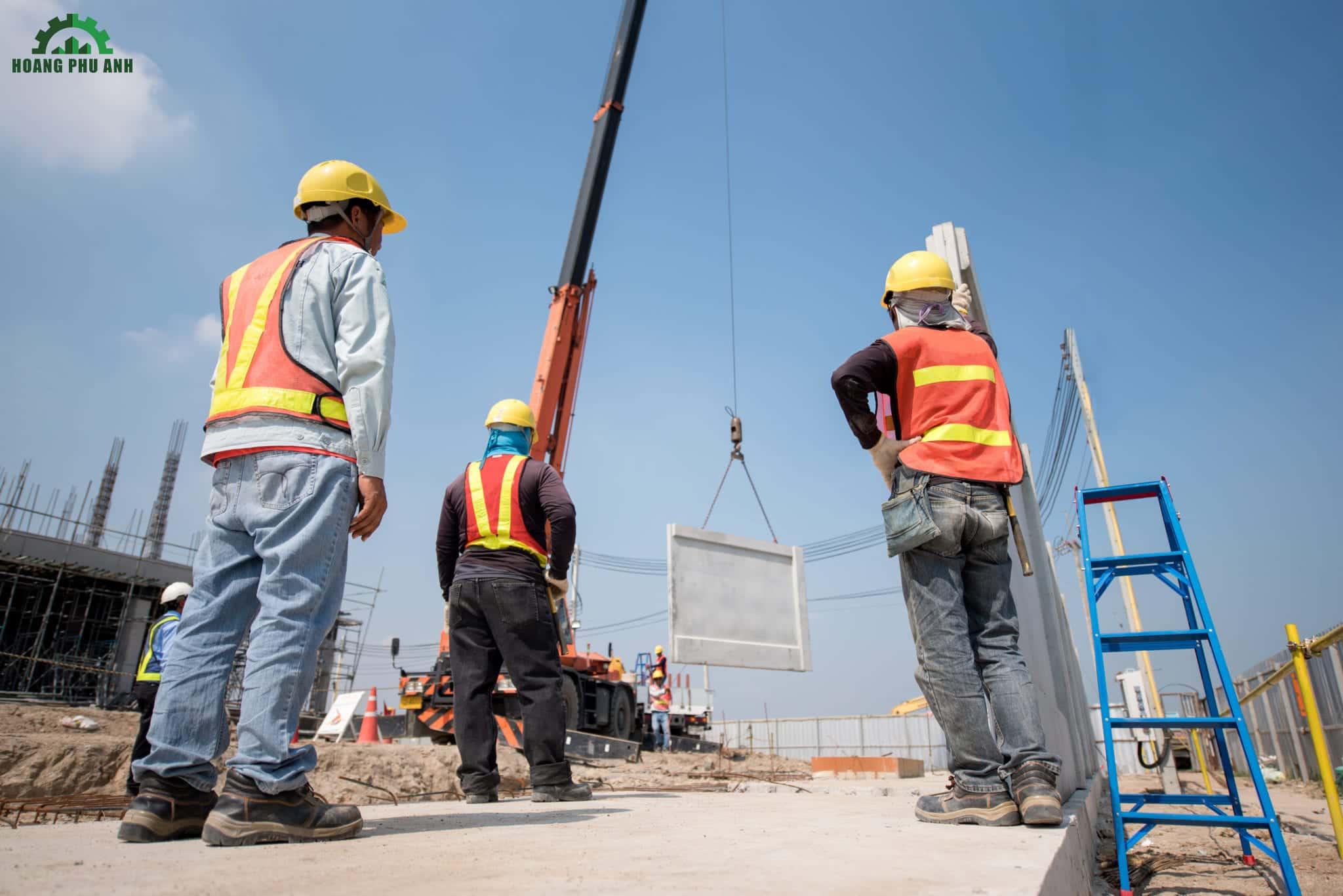công nhân đang thi công tại công trường