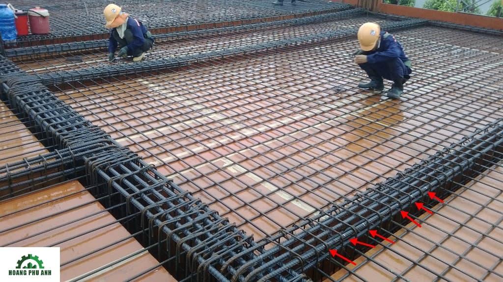 Công nhân đang thi công phần thép sàn bê tông