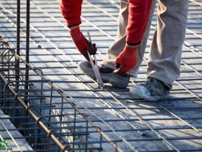 Công nhân đang bố trí thép sàn theo tiêu chuẩn