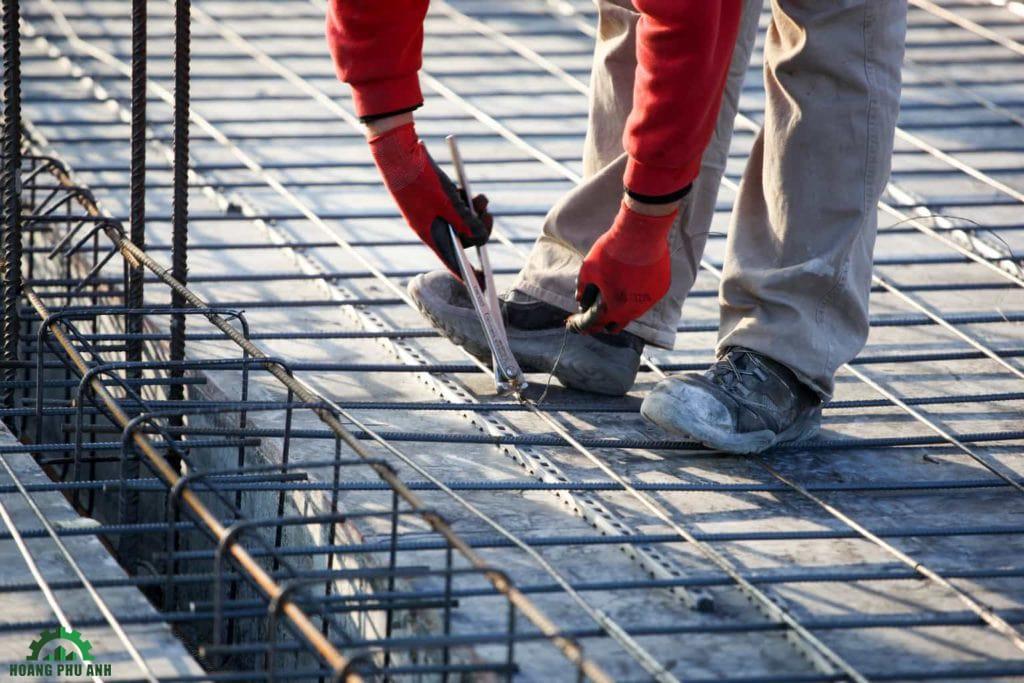 công nhân đang đan sắt cho phần thép sàn