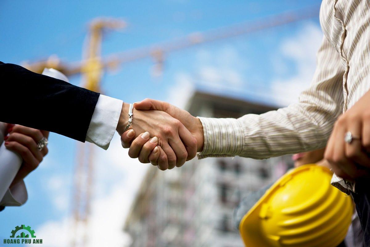 hai người đang bắt tay nhau